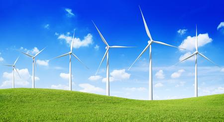 Gruppe von Windkraftanlagen auf dem grünen Hügel