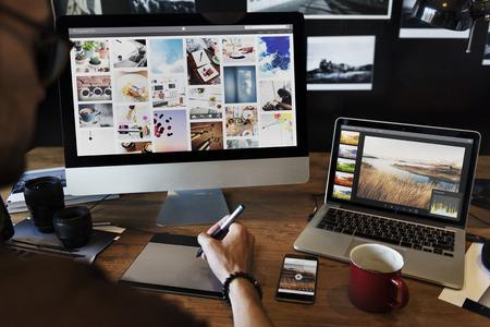 man images de l & # 39 ; éditeur sur un ordinateur Banque d'images
