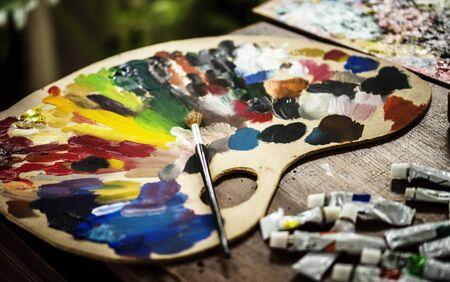 アーティストカラーの木製パレット 写真素材 - 89585839