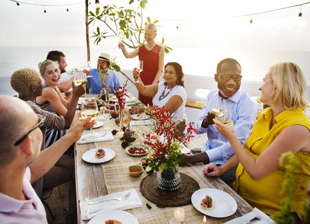 Diverso grupo de amigos sesión de verano