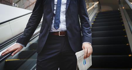 Bedrijfsmens die onderaan Roltrapconcept lopen Stockfoto