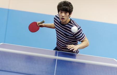 卓球をプレイアジアの男