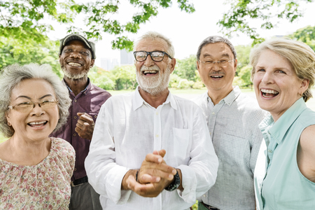 Grupo de concepto de felicidad de amigos jubilados senior