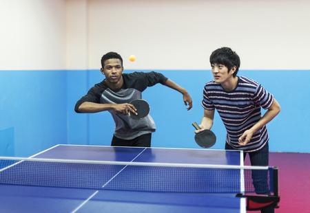 卓球をプレイする友人 写真素材