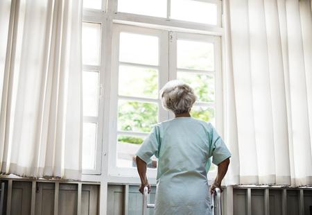 Een oudere patiënt in het ziekenhuis Stockfoto
