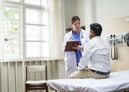Doctora consultando a un paciente Foto de archivo