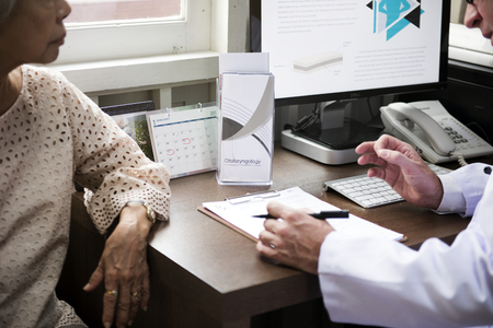 Doctor consulting a patient Banque d'images - 114740747