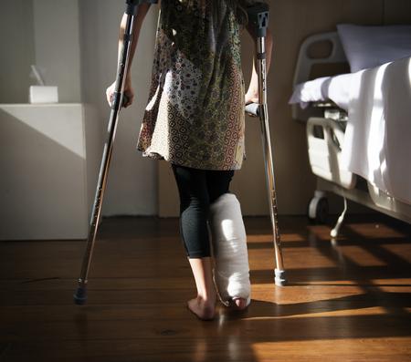Jeune fille caucasienne avec jambe cassée dans le plâtre en plâtre Banque d'images - 90181460