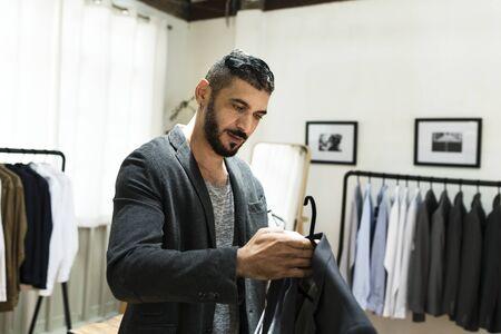 Klanten winkelen voor kleding