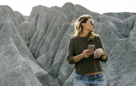 女性の自然の山の上までハイキング 写真素材