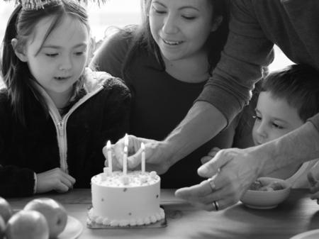 Kid festeggia il compleanno con la sua famiglia Archivio Fotografico - 90182494