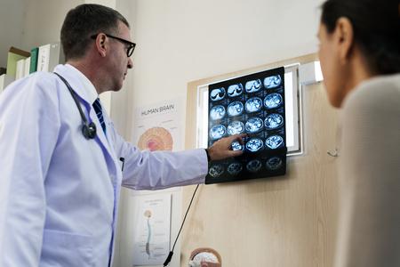 환자에게 X 선 결과를 설명하는 의사