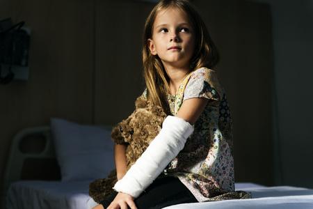 Jeune fille caucasienne avec bras cassé dans le plâtre en plâtre Banque d'images - 90218976