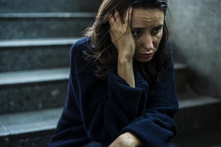 계단에 스트레스 앉아있는 여자