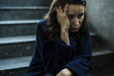 Vrouw zit stressvol op de trap
