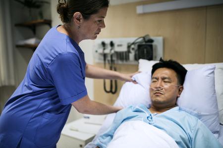 Een zieke Aziatische man in een ziekenhuis Stockfoto