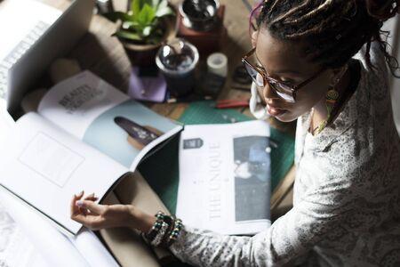 黒人女性彼女の机の上の作業