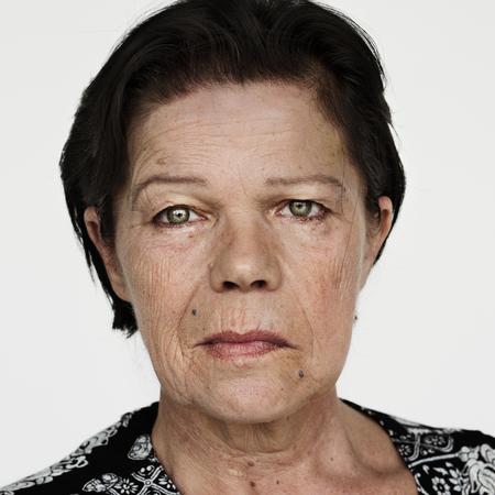白い背景を持つ世界顔フィンランド人女性