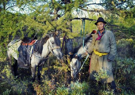 Nómadas Tsaatan o Dukha (personas de renos) del norte de Mongolia. Foto de archivo - 89604269