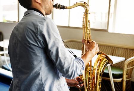 그의 색소폰이있는 음악가 스톡 콘텐츠 - 89604663