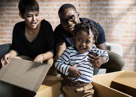 Familie uitpakken samen op een nieuwe plaats