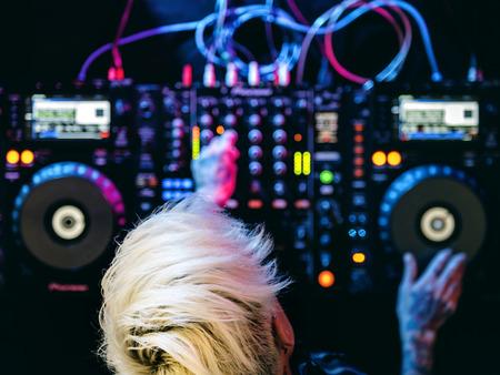 DJはミキサーステーションにあります 写真素材