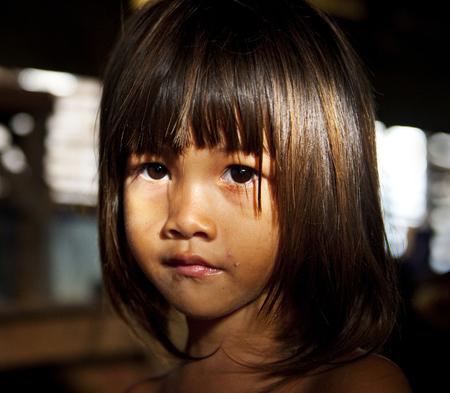 小さな女の子がカメラを見つめている。