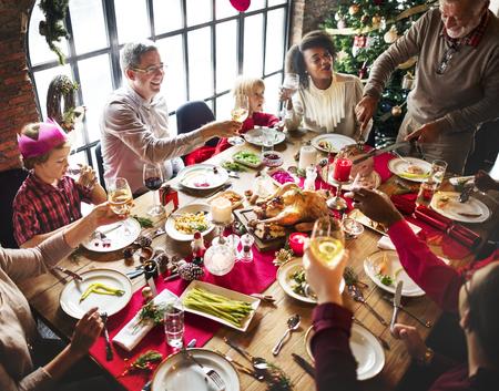 Na święta Bożego Narodzenia zbiera się grupa różnorodnych ludzi