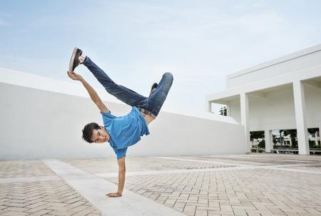 Breakdance des jungen Mannes Standard-Bild - 89603063