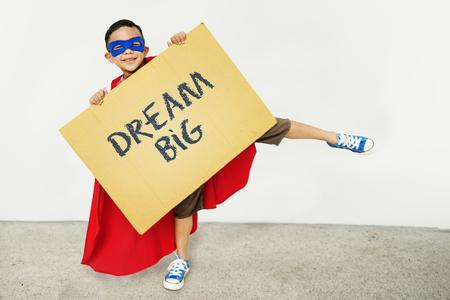 Garçon tenant asign avec Dream Big Banque d'images - 89603681