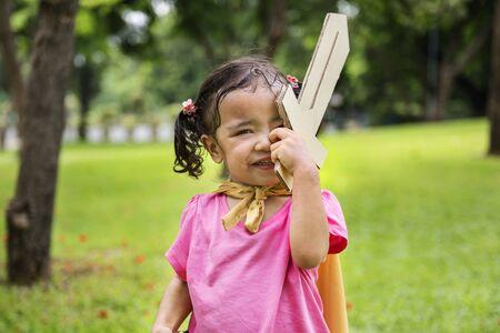 紙剣を持つ少女