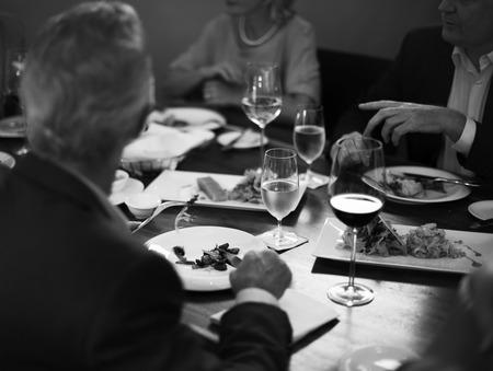 一緒にレストランで夕食を食べる人々のグループ
