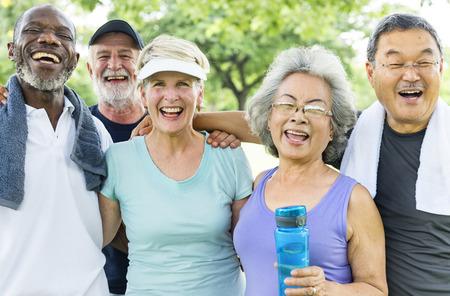 Ältere Gruppen-Freund-Übung entspannen sich Konzept Standard-Bild