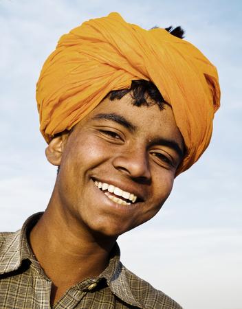 先住民インディアン少年カメラに笑顔します。