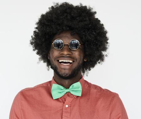 아프리카 가발과 안경을 한 남자의 초상