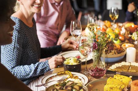 La gente está celebrando el día de Acción de Gracias Foto de archivo