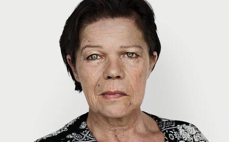 シニア女性の肖像画の顔を見つめる 写真素材