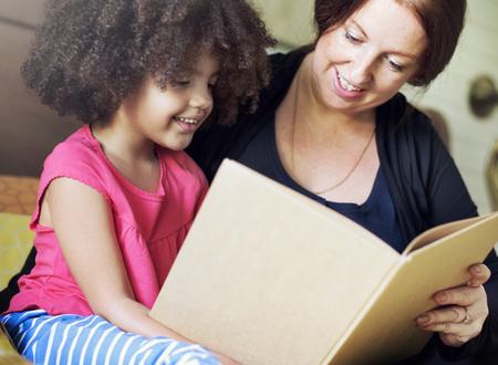 딸과 함께 읽는 어머니 스톡 콘텐츠