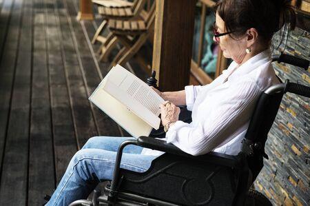 여자 휠체어에 앉아 독서