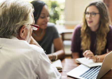 College-Studenten diskutieren mit Berater Standard-Bild