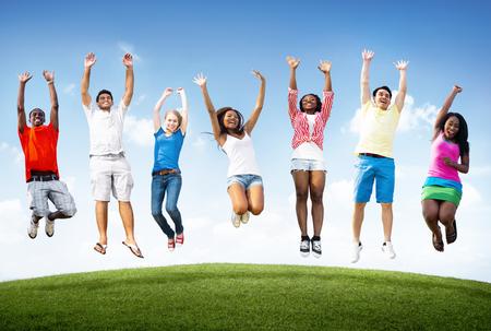 Heureux divers jeunes sautant