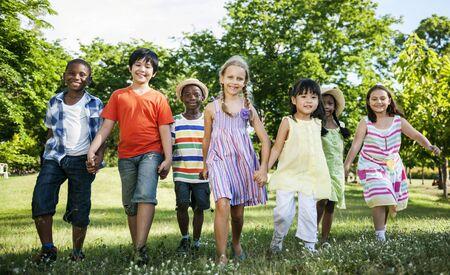 다양한 아이들이 함께 공원에서 재미 그룹