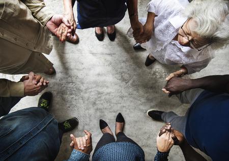 Groep die diverse handen elkaar steun houden groepswerk luchtmening houden