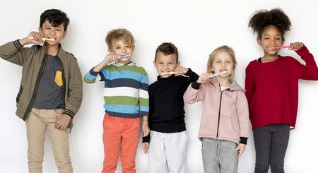 歯を磨く子供たち