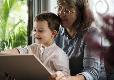 Großmutter und Enkel , die ein Buch zusammen lesen Standard-Bild - 90265932