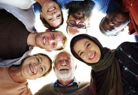 Mensen van verschillende leeftijden en nationaliteiten die plezier hebben samen Stockfoto