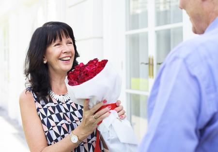 수석 여자 장미 꽃다발을 들고 스톡 콘텐츠