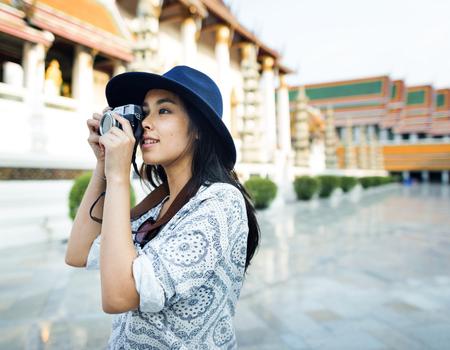 De solo Aziatische vrouwelijke reiziger