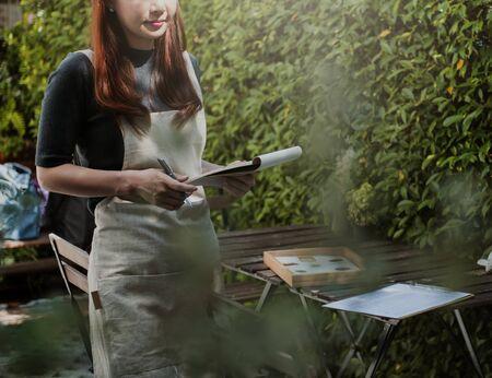 Frau arbeitet in einem Blumenladen Standard-Bild - 90038922