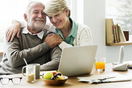 現代の祖父母が孫娘とおしゃべりする 写真素材